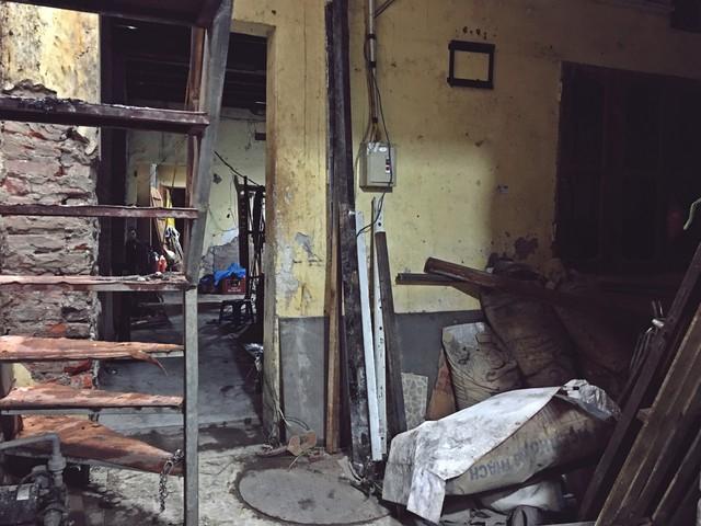 Hơn 20 phòng trọ cùng toàn bộ tài sản của gia đình bà Kim Chi đã bị lửa thiêu rụi hoàn toàn. Ngôi nhà giờ chỉ còn trơ khung cùng sự xót xa, tiếc nuối của gia chủ.