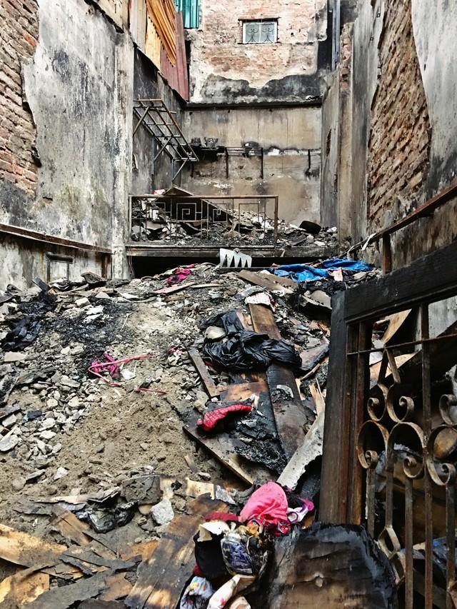 Khu trọ được ông Hiệp thuê lại vẫn tan hoang sau vụ cháy. Đây cũng là ngôi nhà nơi phát hiện ra 2 nạn nhân chết cháy.