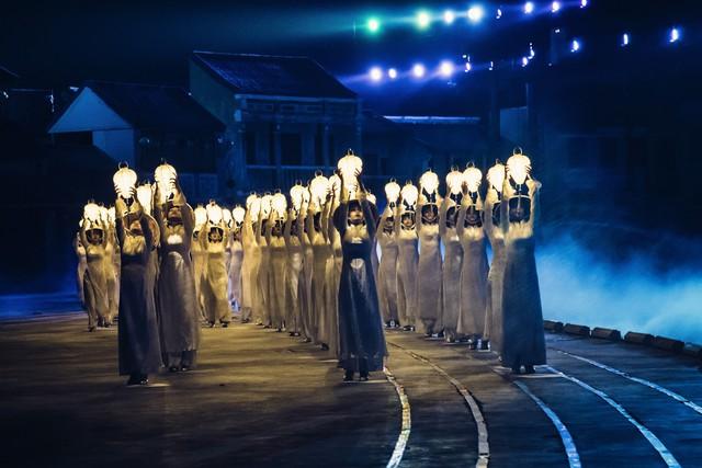Những cô gái trong tà áo dài với lồng đèn trên tay mang vẻ đẹp đầy mê hoặc
