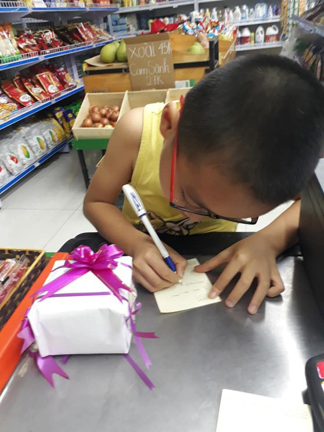 Không chỉ có thế cậu bé còn cặm cụi viết thiệp mừng ngày 20/10 cho mẹ.