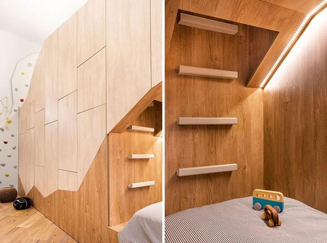 Các bậc thang gỗ gắn phía cuối giường dẫn lên một chiếc giường khác ở tầng hai.