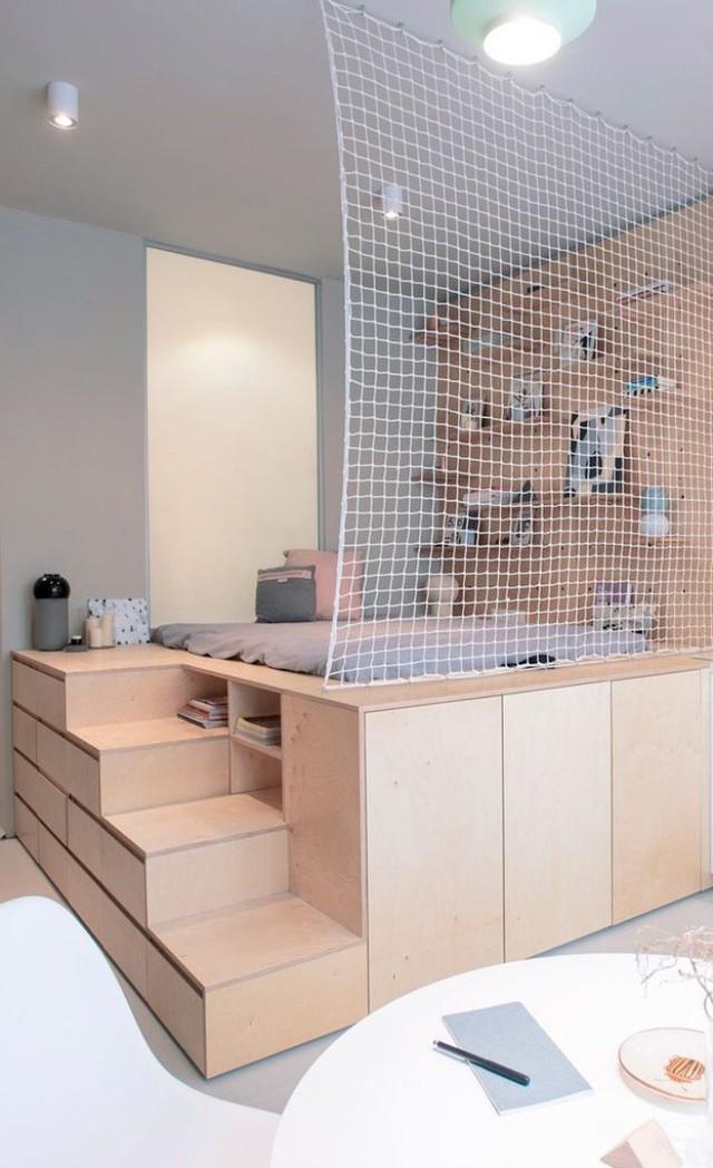Thêm một chút biến tấu, trang trí với lưới, tường ốp gỗ để góc nhỏ giật cấp trong phòng bé trở thành điểm nhấn thu hút.