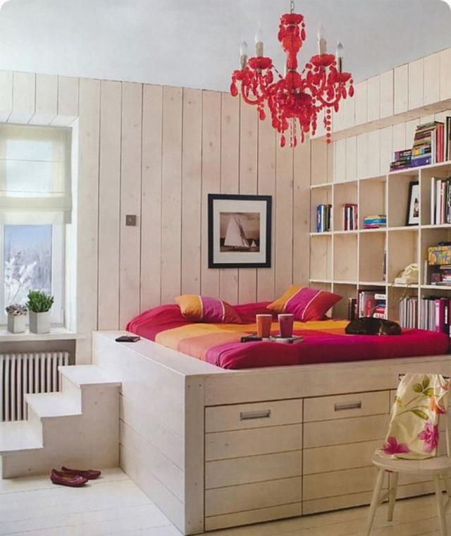 Giường của bé được bố trí phía trên cùng của sàn giật cấp kèm theo kệ sách. Phía dưới được thiết kế nhiều ngăn để phân loại đồ đạc giúp căn phòng ngăn nắp hơn.