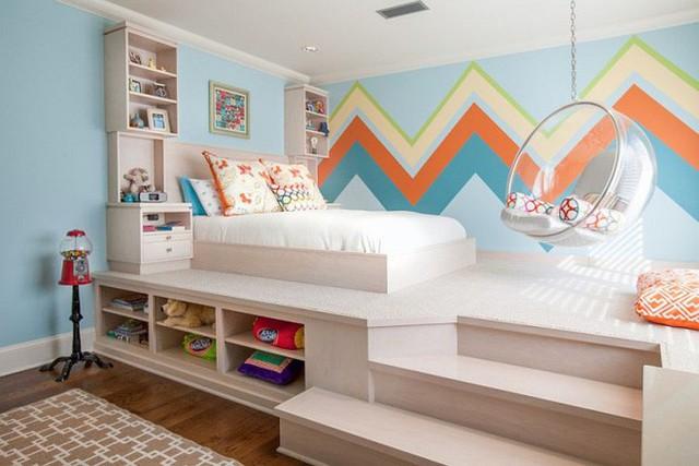 Với trần có chiều cao tương đối, việc sử dụng sàn giật cấp, bố trí khu vực ngủ nghỉ và thư giãn phía trên sàn luôn tạo ấn tượng đẹp mắt cho căn phòng.