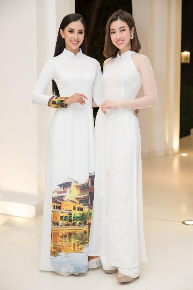 Trong khi đó Hoa hậu Đỗ Mỹ Linh (phải) gây ấn tượng bởi sự gần gũi, dịu dàng