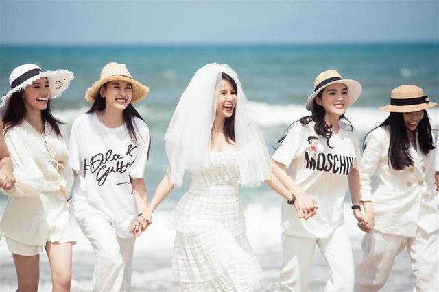 Trong đó Kỳ Duyên và Jolie Nguyễn đều là hoa hậu, và đặc biệt sở hữu khuôn mặt rất giống nhau.
