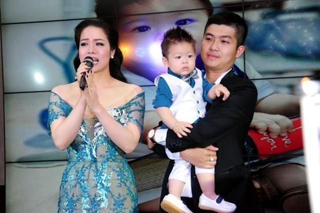 Nhật Kim Anh bên chồng và con trai.