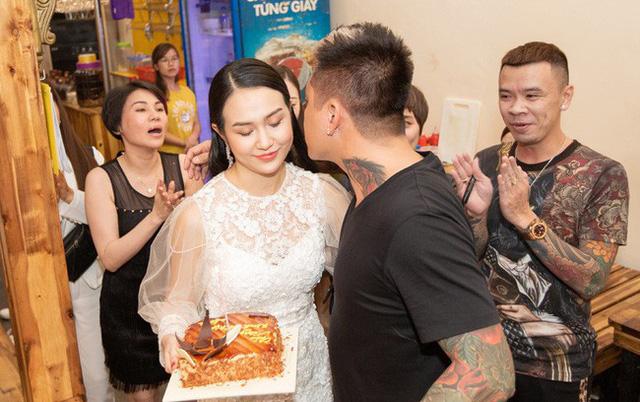 Trên trang cá nhân của mình, Thu Hương cũng gửi lời nhắn tới Tuấn Hưng: Ba mẹ con và mọi người luôn bên cạnh Bố.
