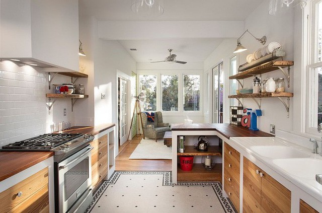 Kệ gỗ có thể thiết kế ở một phần của tường đối diện với bếp để mọi người tiện lợi hơn khi cất trữ hay lấy đồ.