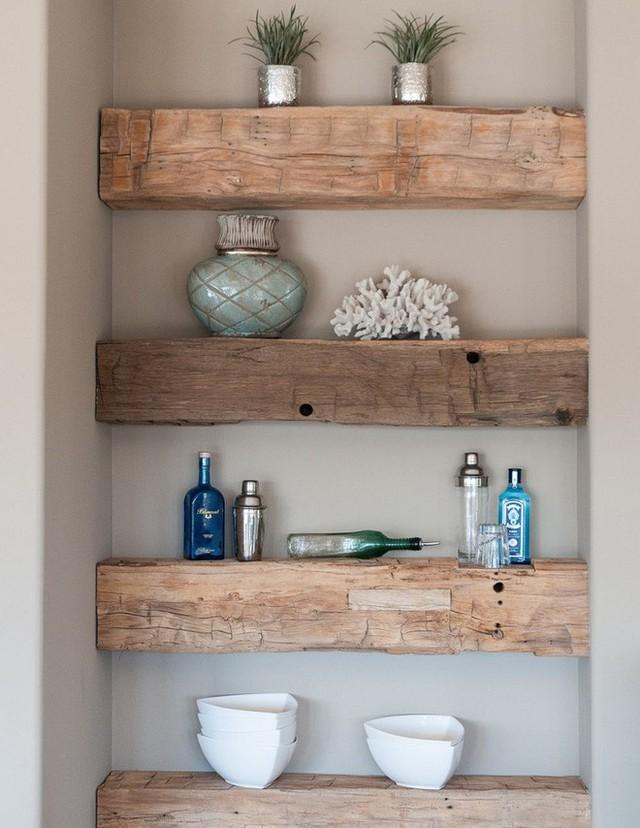 Một chút biến tấu từ gỗ đóng kệ trên tường cho không gian thêm độc đáo.