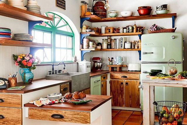 Nếu bạn cần tạo một không gian cá tính và nổi bật, sắc nét nhưng vẫn ấm cúng, những chiếc kệ gỗ đi kèm với tủ gỗ. Thêm chút sắc màu từ thiên nhiên là đủ để căn bếp đẹp bình yên.