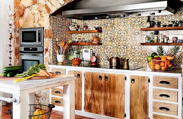 Kệ gỗ luôn là đồ dùng phù hợp với hầu hết các màu sắc và phong cách. Vì vậy, bạn có thể gắn kệ gỗ đối xứng trên nền gạch nhấn của khu vực nấu nướng để không gian thêm ấn tượng.