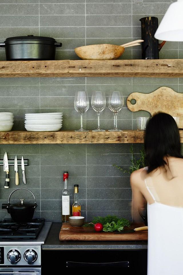 Căn bếp màu xám hiện đại thêm tông trầm của gỗ để không gian thêm đơn giản và mộc mạc.
