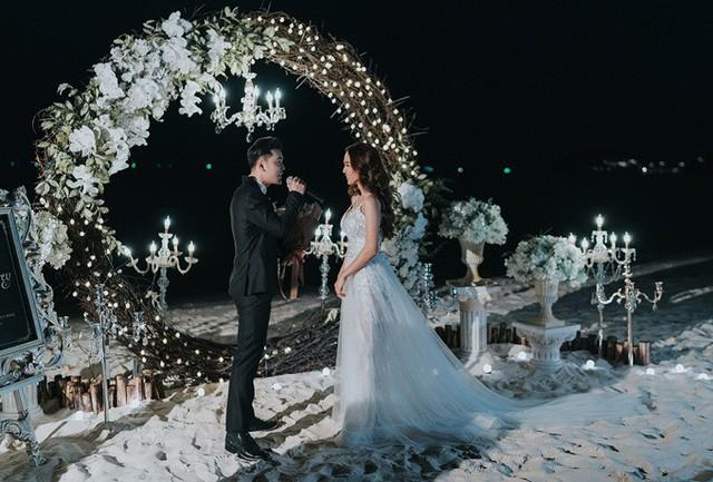 Ưng Hoàng Phúc và Kim Cương vừa có buổi chụp ảnh cưới bên bờ biển. Cặp đôi diện trang phục của nhà thiết kế Anh Thư và được chuyên gia trang điểm Justin Vũ hỗ trợ tút nhan sắc.