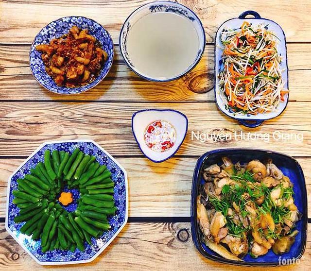 Chị Giang rất chịu khó lên mạng học hỏi kinh nghiệm nấu ăn từ mọi người.