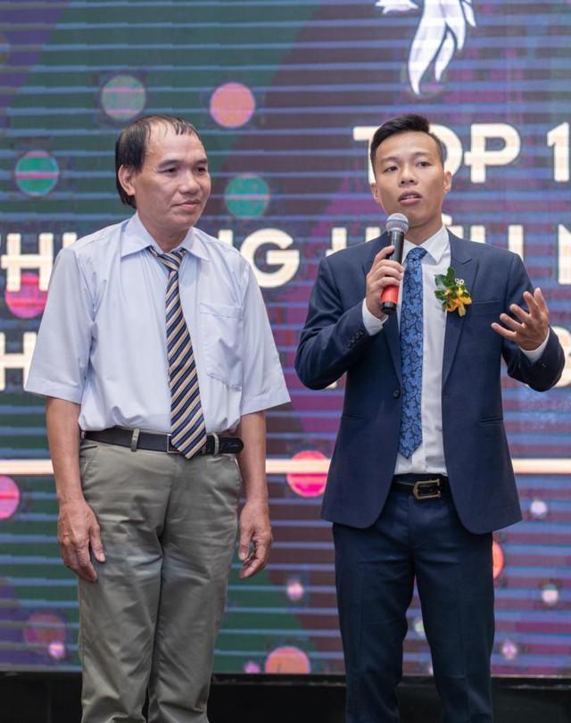 """Lương y Vũ Đức (bên trái) cùng bạn đồng hành Đặng Xuân Lộc tại vinh danh """"Top 10 thương hiệu Châu Á, Thái Bình Dương""""."""