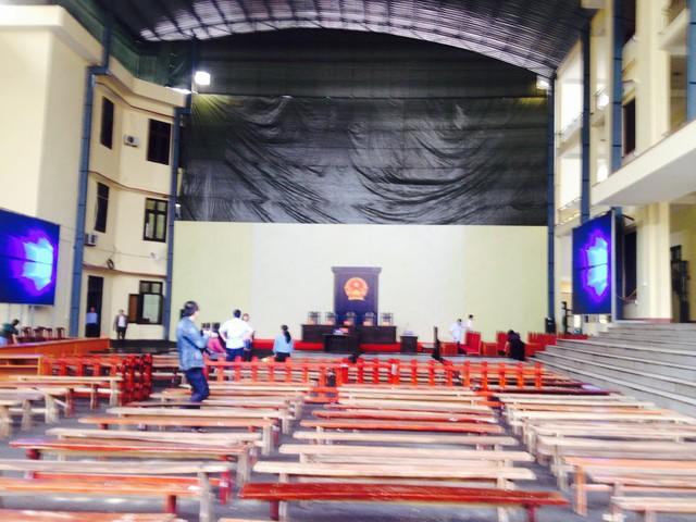 Hội tường xét xử vụ án đã được TAND tỉnh Phú Thọ chuẩn bị chu đáo. Hai bên được bố trí các màn hình lớn. (ảnh: HC, chụp chiều 11/11)