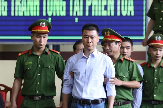 Bị cáo Phan Sào Nam được dẫn giải đến tòa. Ảnh: HC