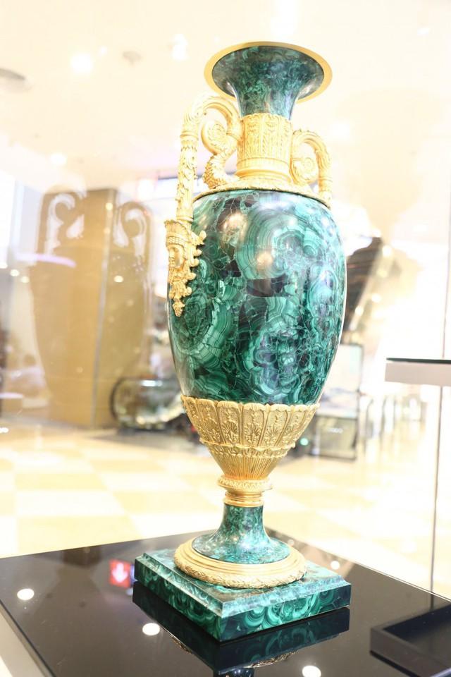 Bình đựng hoa từ đá khổng tước, mạ vàng có giá khoảng 490 triệu đồng