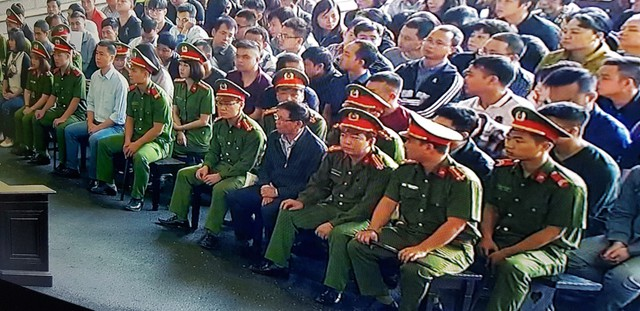 Bị cáo Phan Văn Vĩnh- nguyên Tổng cục trưởng Tổng cục Cảnh sát được dẫn giải vào phòng xét xử. Ảnh: Hà Châu