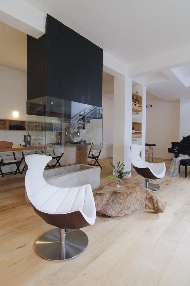 Căn biệt thự xây dựng theo lối kiến trúc châu Âu. Các phòng bên trong đều có cửa kính để mang thiên nhiên và ánh sáng vào nhà.