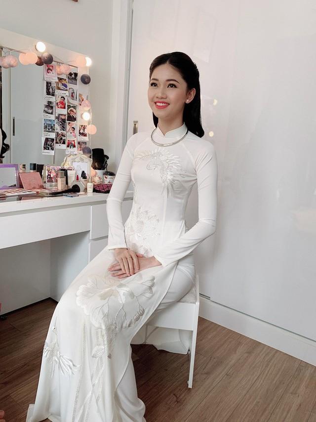 Á hậu Thanh Tú xinh đẹp trong lễ ăn hỏi