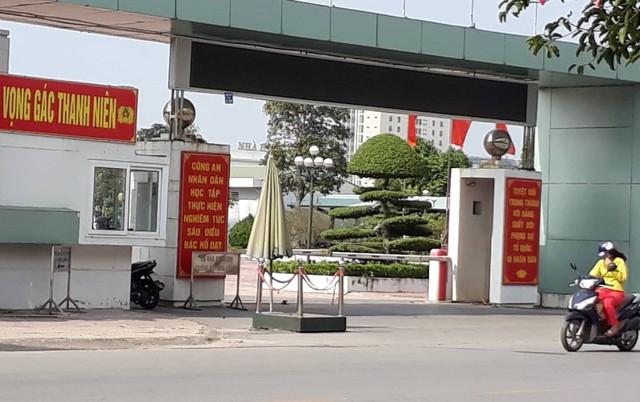 Trước tình thế nguy cấp, chị Thiện lái xe vào cổng trụ sở Công an tỉnh Thái Bình để lánh nạn. Ảnh: K.L