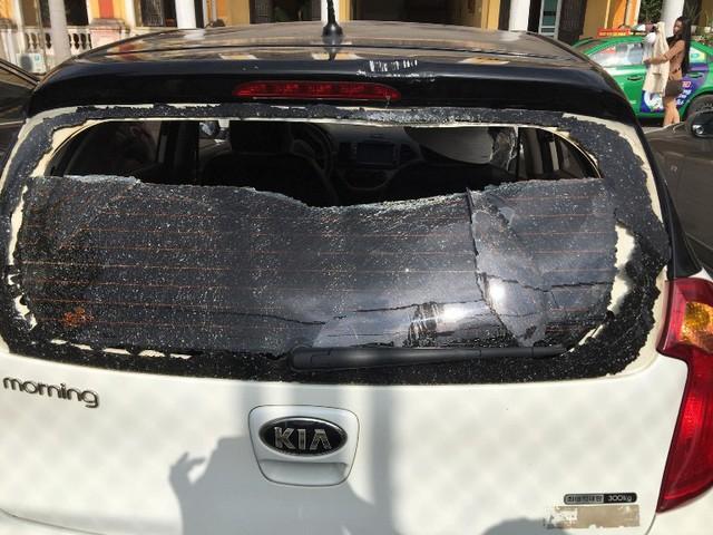 Chiếc xe ô tô của nạn nhân bị nhóm côn đồ đập phá. Ảnh: H.N
