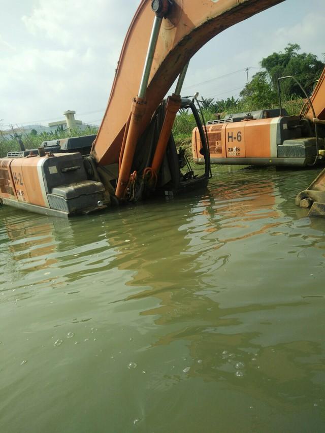 Máy xúc cũng bị ngâm dưới nước.