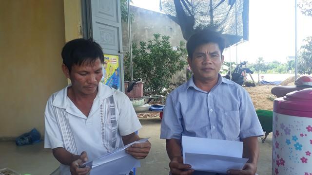 Hộ gia đình ông Đỗ Đình Hưng (bên phải) thôn Kiều Đại 3 đại diện cho 27 hộ dân bức xúc khi nộp tiền đất từ năm 2009 đến nay vần chưa được cấp trích lục quyền sử dụng đất. Ảnh: Ngọc Hưng