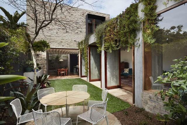 Không gian tràn ngập ánh sáng luôn là điểm mạnh của những ngôi nhà ở vùng ngoại ô Sydney. Với tường bằng khung cửa kính, ngồi trong nhà có thể ngắm trọn vẻ đẹp xanh tươi của cây cối và bầu trời bên ngoài.