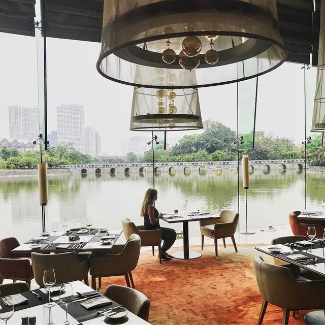 Đến với JW Café, bạn sẽ được thưởng thức đầy đủ các món ăn đa dạng đến từ những nền ẩm thực lớn trên khắp thế giới từ Á, Âu đến Địa Trung Hải… trong không gian sang trọng nhìn ra hồ nước cùng ánh đèn vàng tạo cảm giác ấm áp. Ảnh: @lida_m.