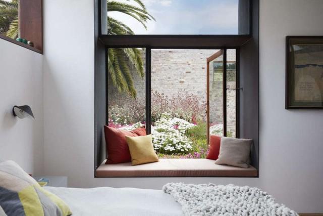 Phòng ngủ được đặt trên tầng 2 của khu vực mặt tiền, đủ để ngắm nhìn vườn hoa rực rỡ mướt mắt ở phần trần của nhà nối.