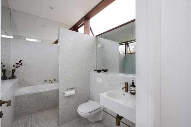 Phòng tắm được thiết kế ấn tượng với gam màu ghi xám đẹp hiện đại và rộng thoáng. Với cách phân chia khu vực chức năng hợp lý, phòng tắm luôn mang lại sự thoải mái và dễ chịu cho người sử dụng.