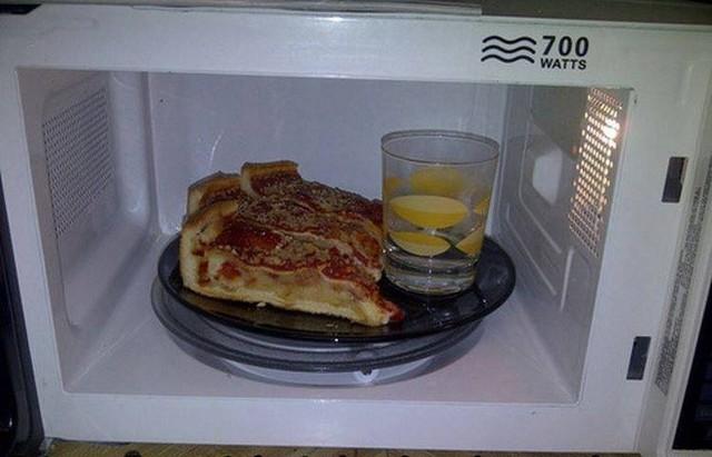 4. Cách hâm nóng pizza: Không chỉ pizza mà cả các loại thịt khi bạn hâm nóng bằng lò vi sóng đều sẽ bị khô. Hãy đưa thêm một cốc nước vào và hâm nóng, pizza sẽ giữ được độ ẩm và thơm ngon như mới.