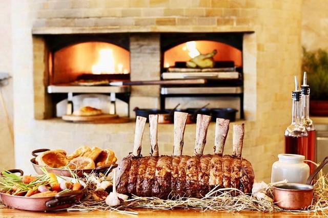 Thịt nướng tảng là một trong những món ăn hấp dẫn, thu hút nhiều thực khách đến thưởng thức buffet tại nhà hàng. Tuy mức giá hơn 1,5 triệu đồng/người lớn là khá cao nhưng JW Café ngày càng được nhiều thực khách sành ăn lựa chọn vào các dịp cuối tuần. Ảnh: @jw_cafehanoi.