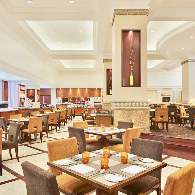 2. Oven D'or - Sheraton Hanoi Hotel, 11 Xuân Diệu: Nhà hàng nằm trong khuôn viên của Sheraton, một trong những khách sạn 5 sao đắt giá nhất tại Hà Nội với vị trí ngay sát hồ Tây thơ mộng. Các bàn ăn được thiết kế thành từng khu nhỏ nên thích hợp cho nhiều nhu cầu đa dạng từ cặp đôi, gia đình đến liên hoan công ty. Ảnh: @ovendorsheraton.