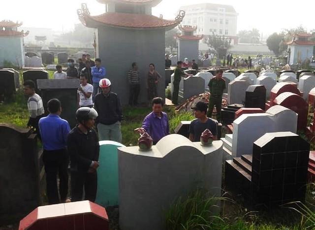 Lực lượng chức năng có mặt tại khu nghĩa trang tiến hành xác minh, điều tra. Ảnh: Bạn đọc cung cấp