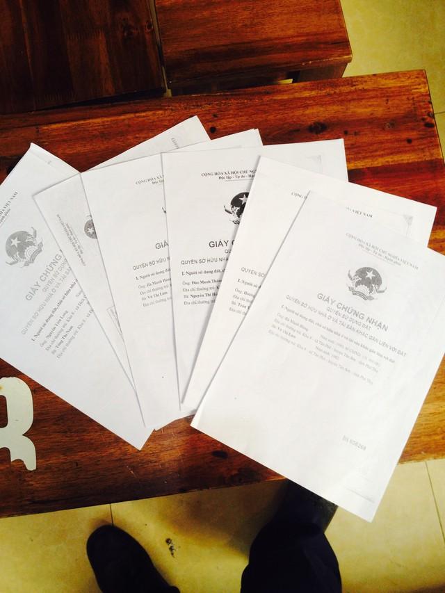 Sổ đỏ UBND huyện Tân Sơn, Phú Thọ đã cấp cho các lô đất mà 6 hộ dân trúng đấu giá. Nhưng thực tế UBND huyện Tân Sơn đến nay vẫn không tiến hành cưỡng chế đối với hộ ông Đinh Văn Sinh, gây bức xúc, mất niềm tin trong người dân. (ảnh: HC)