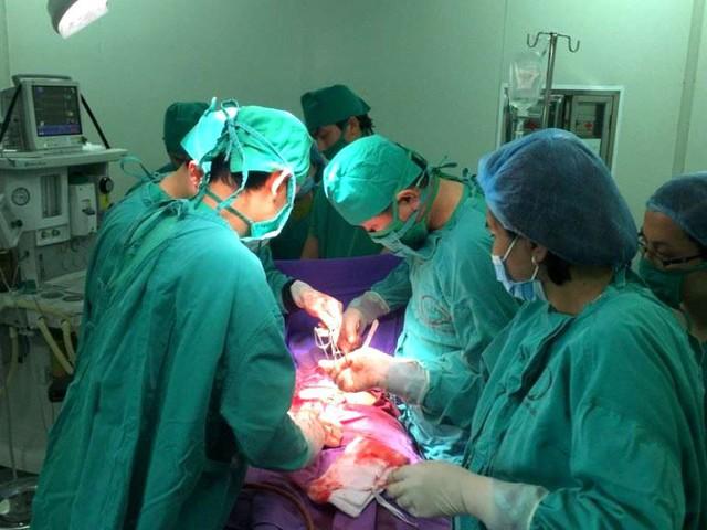 Ca phẫu thuật cứu sống sản phụ T. bị đờ tử cung sau sinh. Ảnh: T.Thiêm