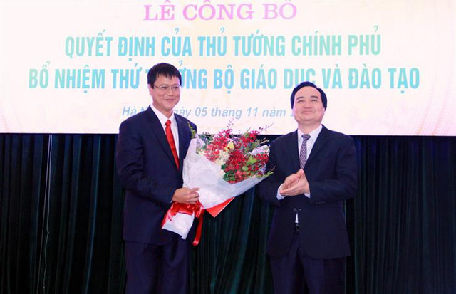 Bộ trưởng Bộ GD&ĐT Phùng Xuân Nhạ trao Quyết định bổ nhiệm cho tân Thứ trưởng Lê Hải An. Ảnh: Bộ GD&ĐT.