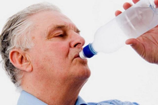 Nên tập thói quen uống nhiều nước nhưng nên uống vào buổi sáng và chiều, cần hạn chế uống nhiều nước trước khi đi ngủ buổi tối để tránh đi tiểu đêm làm ảnh hưởng đến giấc ngủ. Ảnh minh họa