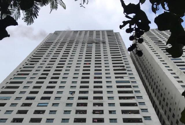 Khói đen từ căn hộ tên tầng cao của tòa nhà HH3B Khu đô thị HH Linh Đàm, Hà Nội.