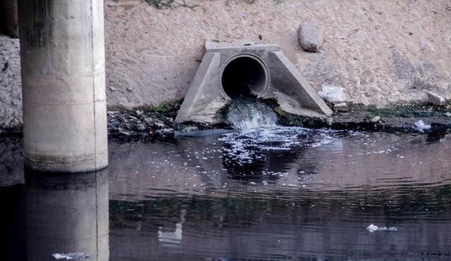 Để sông Tô Lịch trở thành dòng sông sạch, rất cần sự vào cuộc của cả cộng đồng. Ảnh: Duy Phạm