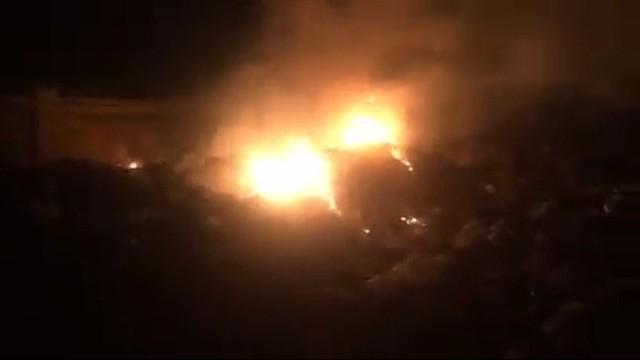 Lửa lại cháy tại bãi rác xã Đại Đồng vào lúc 19h ngày 4/12. ẢNh: Huy Hoàng