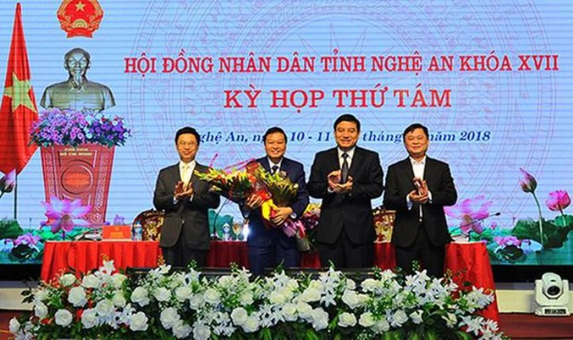 Ông Lê Hồng Vinh nhận hoa chúc mừng của lãnh đạo HĐND, Tỉnh ủy, UBND tỉnh Nghệ An.