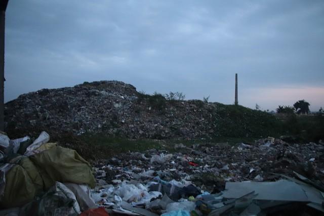 Nilon, nhựa vụn và nhiều rác thải nguy hại khác vẫn chưa được phân loại.