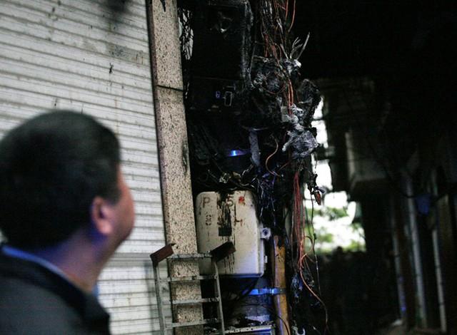 Cột điện bị đám cháy gây ảnh hưởng.