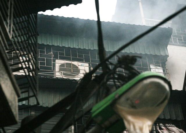 Cột đèn và nhiều thiết bị xung quanh căn nhà bị thiêu rụi.