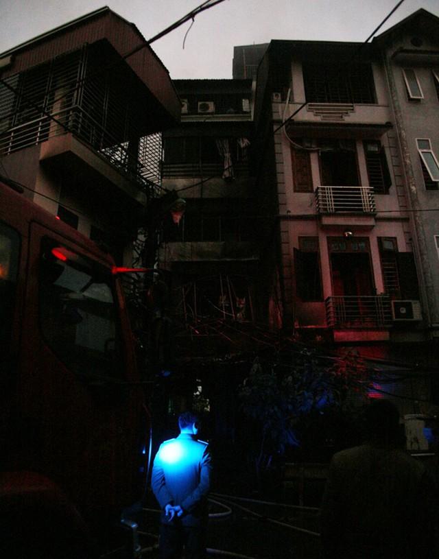 Đám cháy khiến toàn bộ khu vực bị cắt điện.